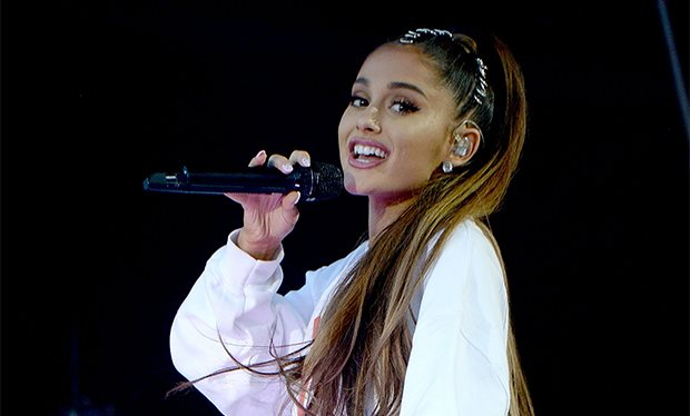 Ariana Grande Bergabung Bersama Jimmy Fallon Bawakan Lagu Natal 'I Wish It Was Christmas Today'