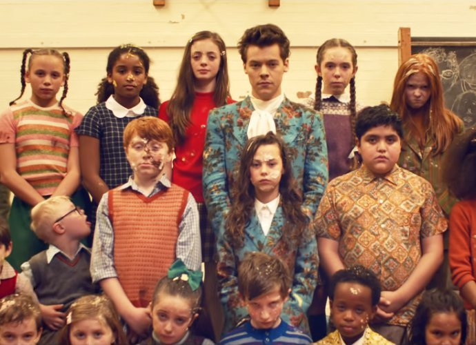 """Food Fight"" Epik Di Video Terbaru Harry Styles, 'Kiwi'"