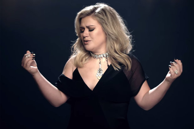 Kelly Clarkson Lalui Masa Lalu Dalam Video 'I Don't Think About You'