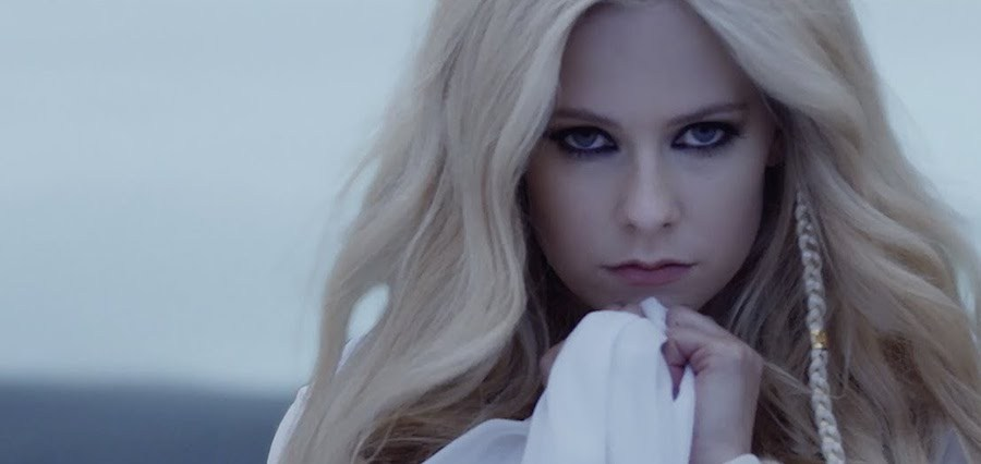 "Avril Lavigne Ungkap Cover & Tracklist Album ""Head Above Water"""