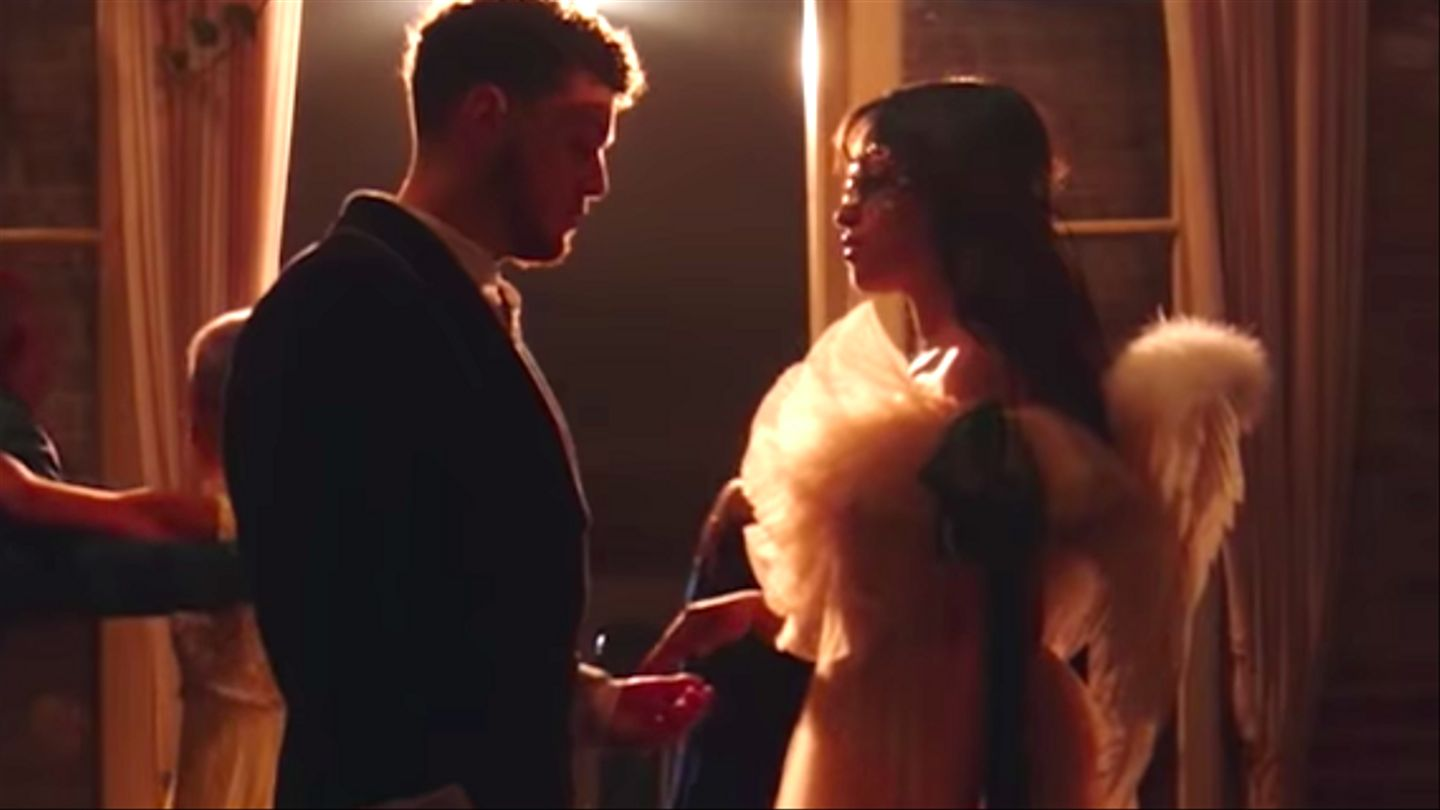 Camila Cabello & Bazzi Adalah Romeo & Juliet Dalam Video 'Beautiful'