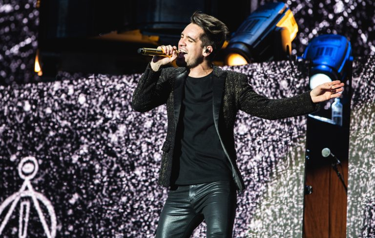 "Panic! At The Disco Mengcover Lagu Tema ""Frozen 2"", 'Into The Unknown'"