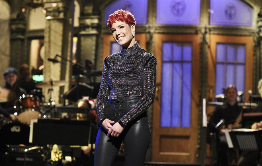 "Jadi Host ""Saturday Night Live"", Halsey Pamer Bakat Bernyanyi Dan Akting"