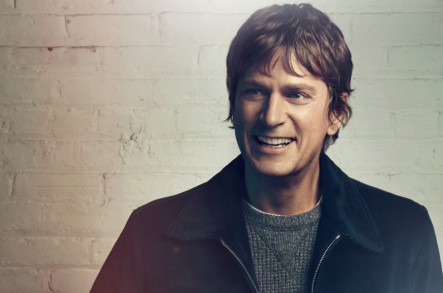 "Rob Thomas Perkenalkan Album ""Chip Tooth Smile"" Melalui Single 'One Less Day (Dying Young)'"