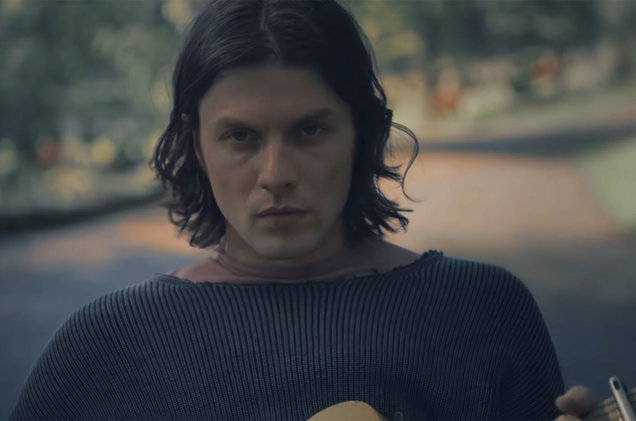 James Bay Melayang di Video Terbarunya, 'Bad'