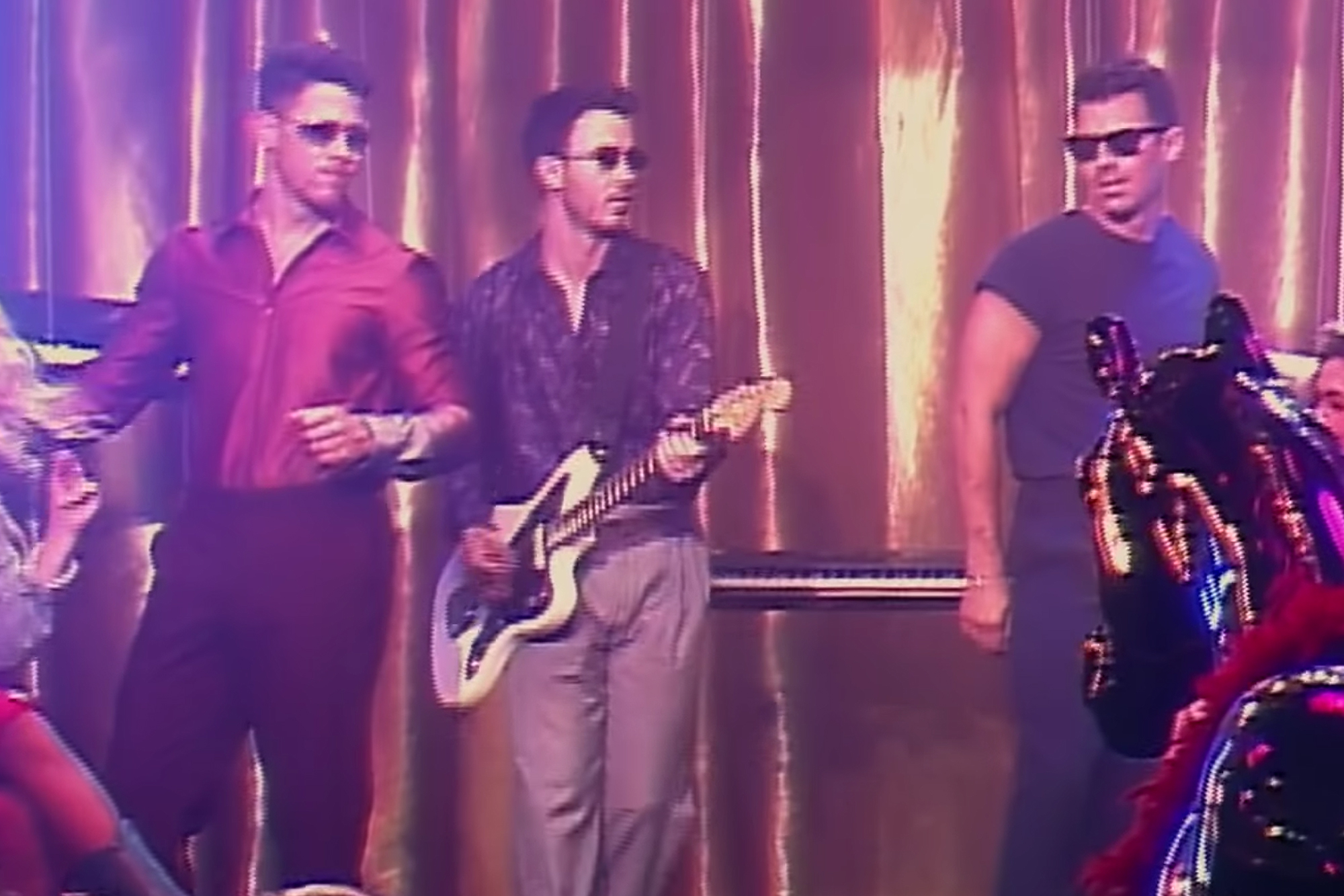 Tampil Retro Ala Jonas Brothers Dalam Video 'Only Human'
