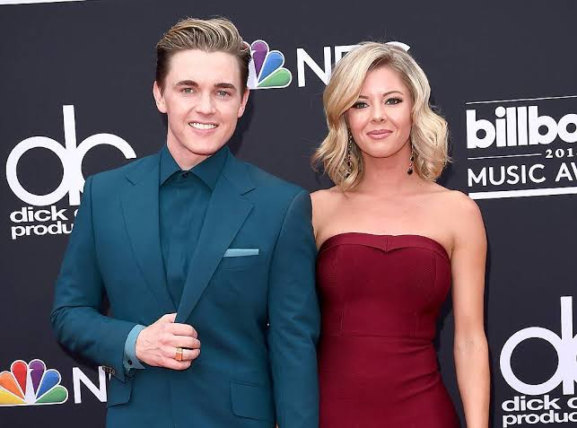 Jesse McCartney & Katie Peterson Resmi Bertunangan
