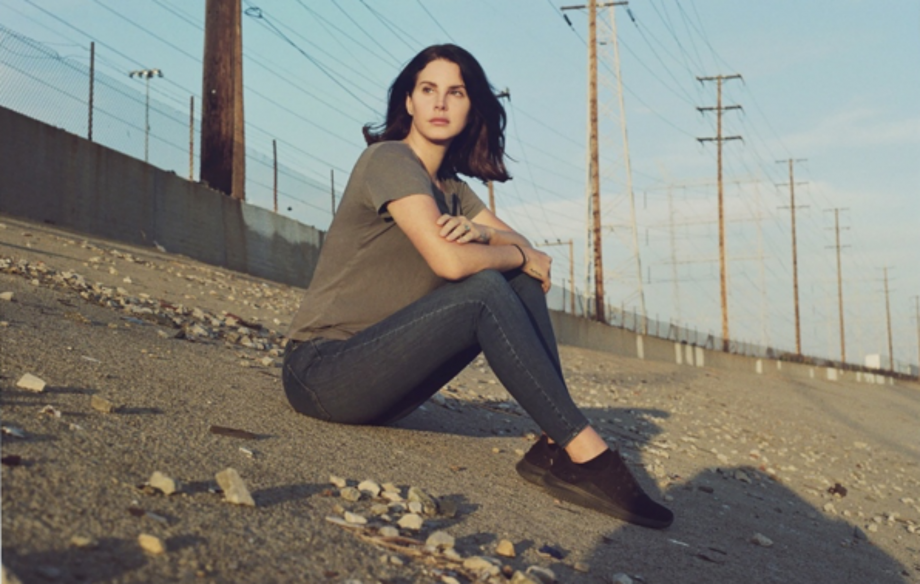 "Lana Del Rey Akhirnya Luncurkan Album Puisinya, ""Violet Bent Backwards over the Grass"""