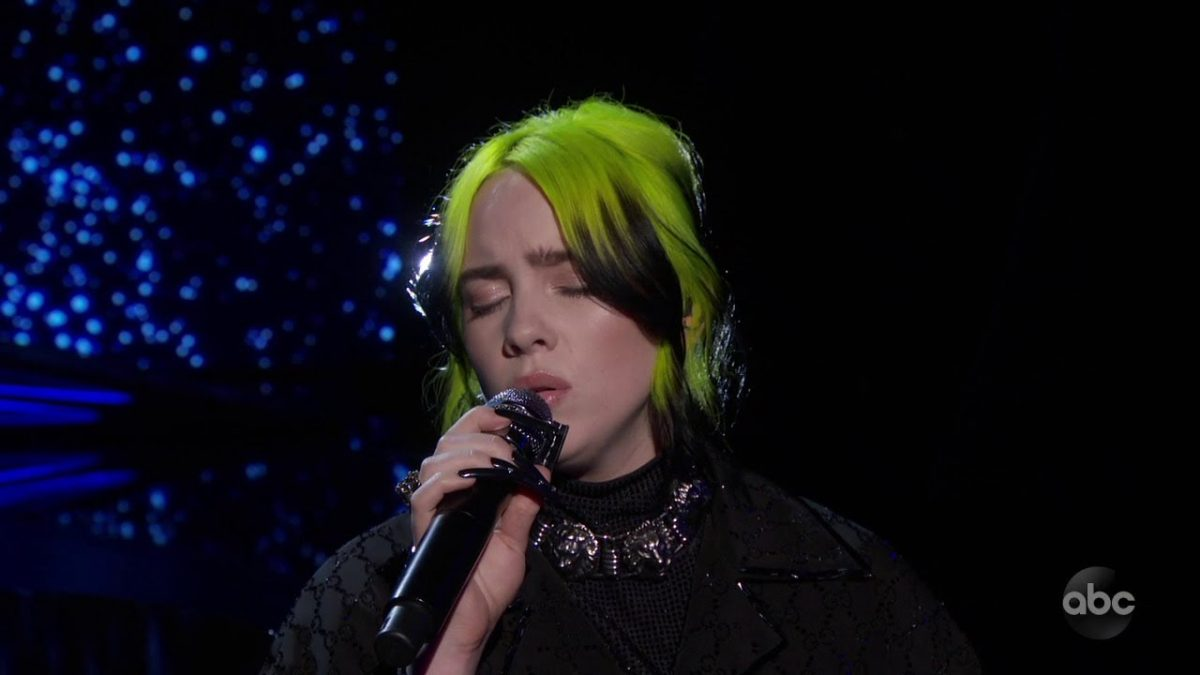 "Billie Eilish Pamer Badan di Konser ""When We Are Fall Asleep Where Do We Go Tour"" di Miami"