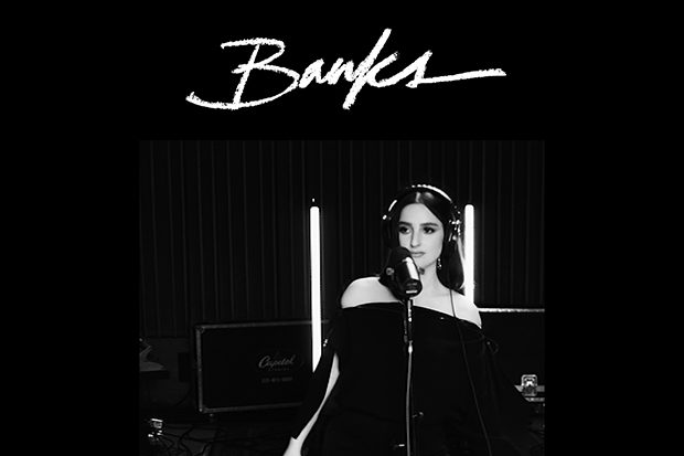 "BANKS Hadirkan Video 'Drowning' untuk EP ""Live and Stripped"""